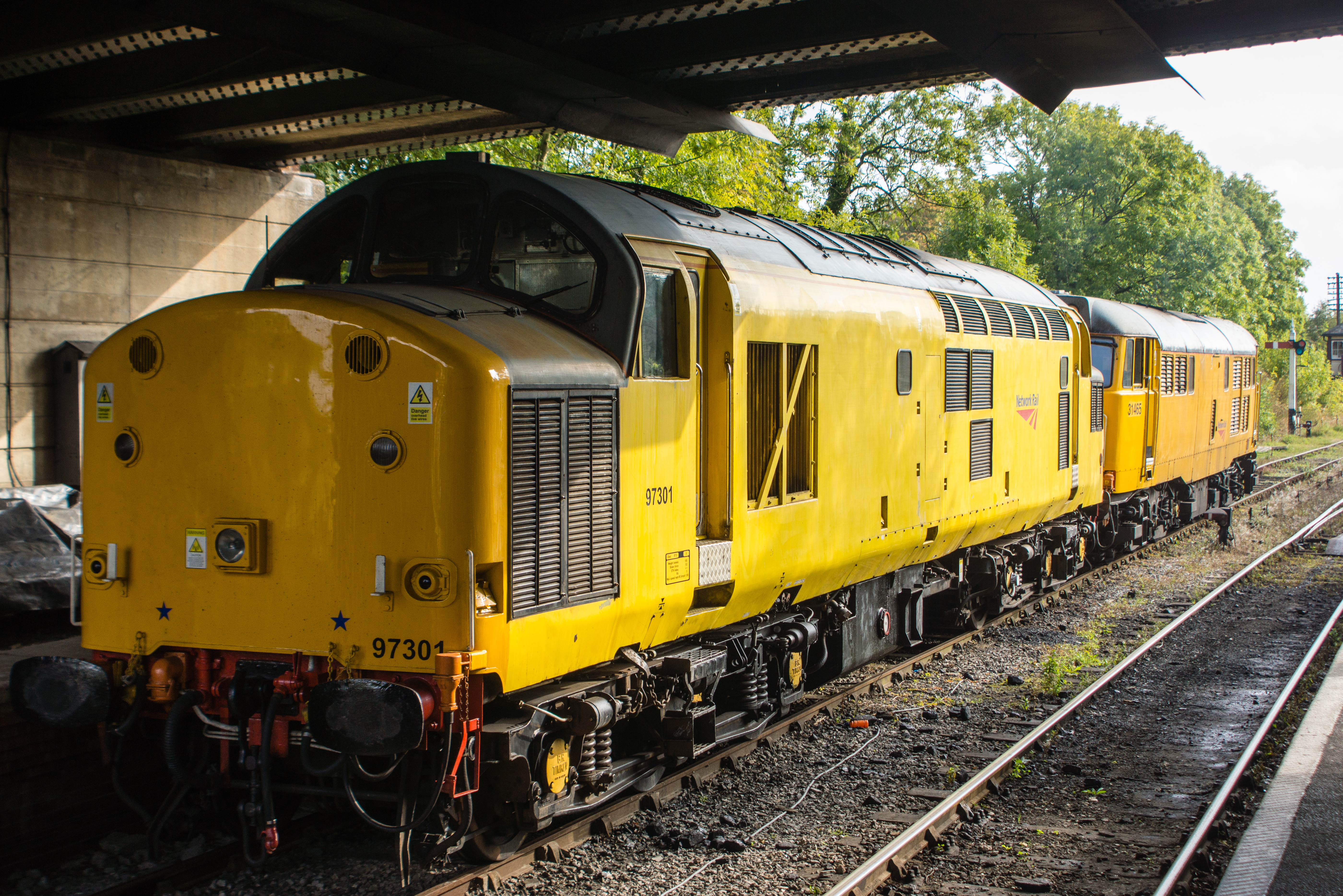 97301 and 31465 under the bridge at Butterley station.